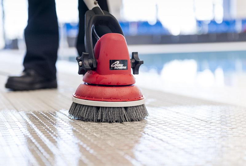 Hledáte jednokotoučový mycí stroj na podlahy? Schopnosti MotorScrubberu vás překvapí