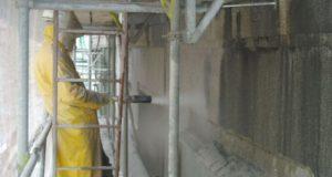 Tryskání pískem: Účinný způsob, jak vyčistit fasádu (i od graffiti)